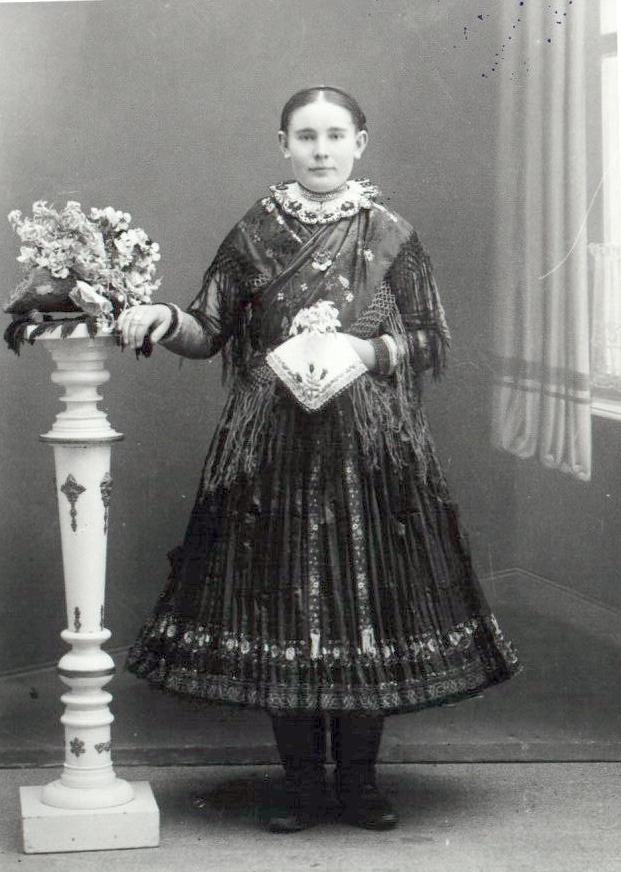 XVII. Adalékok Tard néprajzához - A női viselet e712e4398e